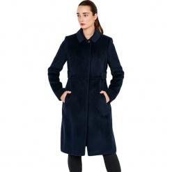 Płaszcz w kolorze granatowym. Niebieskie płaszcze damskie Ostatnie sztuki w niskich cenach, na zimę. W wyprzedaży za 879.95 zł.