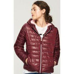 Pikowana kurtka z kapturem - Bordowy. Czerwone kurtki damskie Sinsay. W wyprzedaży za 59.99 zł.