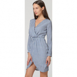 Sukienka w kolorze niebiesko-białym. Białe sukienki damskie TrakaBarraka, w kratkę, z asymetrycznym kołnierzem. W wyprzedaży za 129.95 zł.