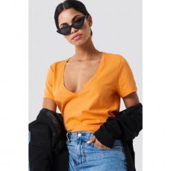 NA-KD Basic T-shirt z dekoltem V - Orange. Pomarańczowe t-shirty damskie NA-KD Basic, z bawełny. W wyprzedaży za 21.18 zł.