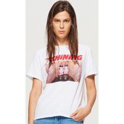 Koszulka z nadrukiem The Shining - Biały. Białe t-shirty damskie Cropp, z nadrukiem. Za 59.99 zł.
