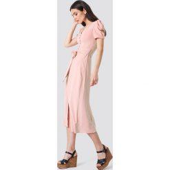 Trendyol Sukienka midi z guzikami - Pink. Różowe sukienki damskie Trendyol, w paski, z tkaniny. Za 161.95 zł.