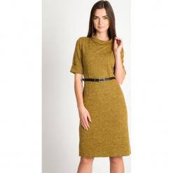 Musztardowa sukienka z paskiem QUIOSQUE. Szare sukienki damskie QUIOSQUE, w paski, z dzianiny, klasyczne, z dekoltem na plecach, z długim rękawem. Za 199.99 zł.