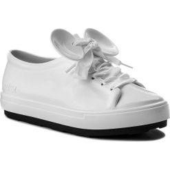 Półbuty MELISSA - Be + Disney Ad 32259 White/Black 51736. Białe półbuty damskie Melissa, z motywem z bajki, z tworzywa sztucznego. W wyprzedaży za 299.00 zł.