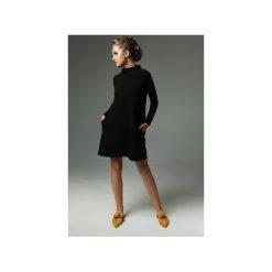 Sukienka Moss - Czarna. Czarne sukienki damskie Madnezz, z bawełny, ze stójką. Za 239.00 zł.