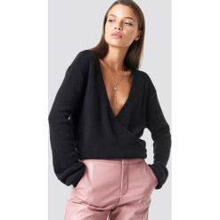 NA-KD Trend Sweter z kopertowym dekoltem - Black. Czarne swetry damskie NA-KD Trend, z kopertowym dekoltem. Za 121.95 zł.