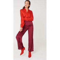 NA-KD Szerokie spodnie z satyny z wysokim stanem - Red,Purple. Czerwone spodnie materiałowe damskie NA-KD, z poliesteru. W wyprzedaży za 60.98 zł.