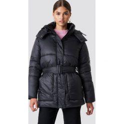 NA-KD Trend Kurtka watowana z paskiem - Black. Czarne kurtki damskie NA-KD Trend, w paski, z materiału. Za 323.95 zł.