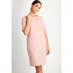 Pudrowa prosta sukienka do kolan QUIOSQUE. Czerwone sukienki damskie QUIOSQUE, biznesowe, z długim rękawem. W wyprzedaży za 99.99 zł.