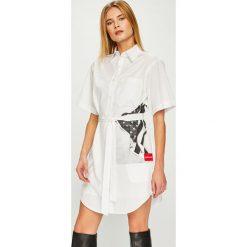 Calvin Klein Jeans - Sukienka. Szare sukienki damskie Calvin Klein Jeans, z nadrukiem, z bawełny, casualowe, z krótkim rękawem. Za 499.90 zł.