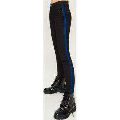 Spodnie skinny - Niebieski. Niebieskie spodnie materiałowe damskie Sinsay. W wyprzedaży za 39.99 zł.