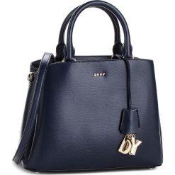 Torebka DKNY - Paige Md Satchel R81D3327 Navy NVY. Niebieskie torebki do ręki damskie DKNY, ze skóry. Za 1,199.00 zł.