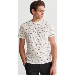 T-shirt z mikroprintem - Kremowy. Białe t-shirty męskie Reserved. Za 49.99 zł.