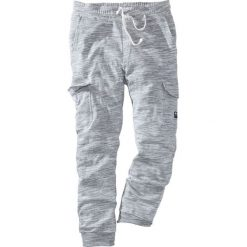 Spodnie sportowe z kieszeniami z boku nogawki bonprix szary melanż. Spodnie sportowe męskie marki bonprix. Za 109.99 zł.