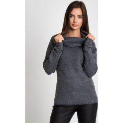 Ciepły szary sweter z kołnierzem QUIOSQUE. Szare swetry damskie QUIOSQUE, na zimę, z jeansu, z klasycznym kołnierzykiem. W wyprzedaży za 79.99 zł.
