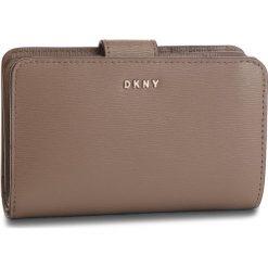 Duży Portfel Damski DKNY - Bryant Sm Carryall R8313659 Desert 253. Portfele damskie marki DKNY. W wyprzedaży za 319.00 zł.