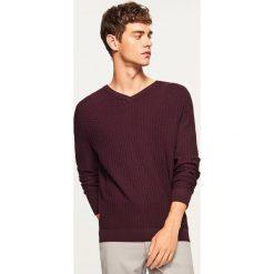 Sweter z dekoltem w serek - Fioletowy. Fioletowe swetry przez głowę męskie Reserved, z dekoltem w serek. Za 99.99 zł.