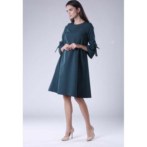 f5708dbeac Zielona Trapezowa Sukienka Wizytowa z Efektownym Rękawem - Sukienki ...