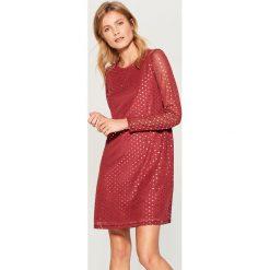 Sukienka z połyskującą aplikacją - Brązowy. Brązowe sukienki damskie Mohito, z aplikacjami. W wyprzedaży za 59.99 zł.