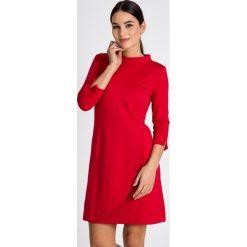 Czerwona sukienka ze stójką QUIOSQUE. Czerwone sukienki damskie QUIOSQUE, z dzianiny, eleganckie, z kopertowym dekoltem. W wyprzedaży za 139.99 zł.