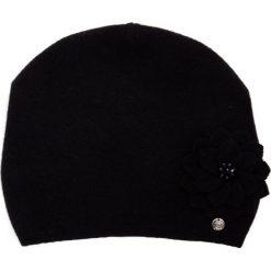 Wełniana czarna czapka z kwiatem QUIOSQUE. Czarne czapki i kapelusze damskie QUIOSQUE, z poliamidu. Za 99.99 zł.