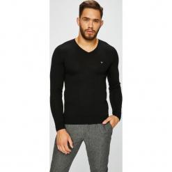 Guess Jeans - Sweter. Czarne swetry przez głowę męskie Guess Jeans, z aplikacjami, z dzianiny. Za 329.90 zł.