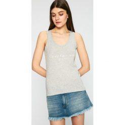 Calvin Klein Jeans - Top. Szare topy damskie Calvin Klein Jeans, z nadrukiem, z bawełny, z okrągłym kołnierzem, bez rękawów. W wyprzedaży za 99.90 zł.