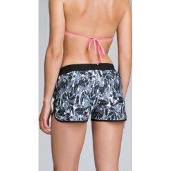 Spodenki plażowe damskie SKDT002 - multikolor. Różowe szorty damskie 4f, z materiału. W wyprzedaży za 69.99 zł.