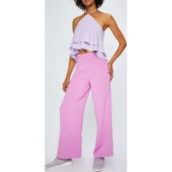 Answear - Spodnie Violet Kiss. Różowe spodnie materiałowe damskie ANSWEAR, z elastanu. W wyprzedaży za 79.90 zł.