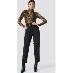 NA-KD Classic Spodnie Asymmetric Belted Suit - Black. Czarne spodnie materiałowe damskie NA-KD Classic. Za 202.95 zł.