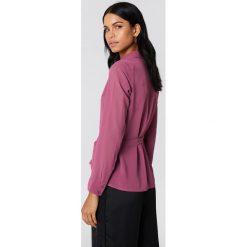 NA-KD Kopertowa koszula szyfonowa - Purple. Fioletowe koszule damskie NA-KD, z poliesteru, z kopertowym dekoltem. Za 100.95 zł.