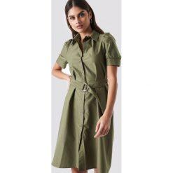 NA-KD Trend Sukienka koszulowa z paskiem - Green. Zielone sukienki damskie NA-KD Trend, w paski, z koszulowym kołnierzykiem, z krótkim rękawem. Za 121.95 zł.