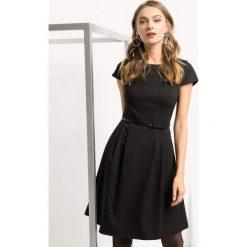 Rozkloszowana sukienka w kratę. Czarne sukienki damskie Orsay, w grochy, z dzianiny, biznesowe. Za 139.99 zł.
