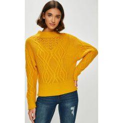 Guess Jeans - Sweter. Pomarańczowe swetry damskie Guess Jeans, z dzianiny, z okrągłym kołnierzem. Za 399.90 zł.