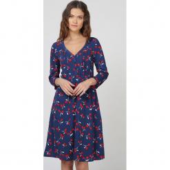 Sukienka w kolorze granatowym ze wzorem. Niebieskie sukienki damskie TrakaBarraka. W wyprzedaży za 139.95 zł.