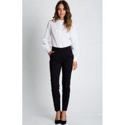Klasyczne spodnie w kant z kieszeniami na przodzie BIALCON. Białe spodnie materiałowe damskie BIALCON, w paski. W wyprzedaży za 181.00 zł.
