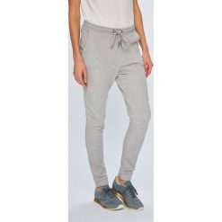 Roxy - Spodnie. Szare spodnie materiałowe damskie Roxy, z bawełny. W wyprzedaży za 199.90 zł.