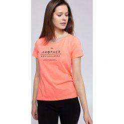 T-shirt damski TSD236 - łososiowy. Czerwone t-shirty damskie 4f, z nadrukiem, z bawełny. Za 39.99 zł.
