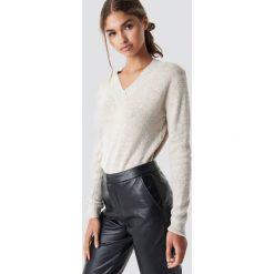 Rut&Circle Sweter z dekoltem V Erica - Beige. Brązowe swetry damskie Rut&Circle, dekolt w kształcie v. Za 121.95 zł.