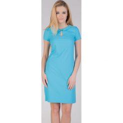 Turkusowa sukienka z kołnierzykiem QUIOSQUE. Niebieskie sukienki damskie QUIOSQUE, z tkaniny, eleganckie, z okrągłym kołnierzem, z krótkim rękawem. W wyprzedaży za 89.99 zł.