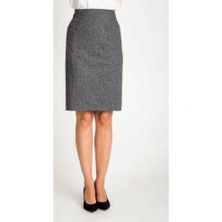 Szara ołówkowa spódnica do kolan QUIOSQUE. Szare spódnice damskie QUIOSQUE, z tkaniny, biznesowe. W wyprzedaży za 99.99 zł.