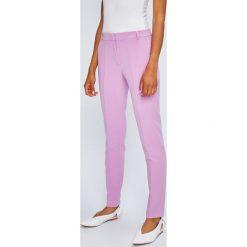 Answear - Spodnie Violet Kiss. Różowe spodnie materiałowe damskie ANSWEAR, z haftami, z elastanu. W wyprzedaży za 89.90 zł.