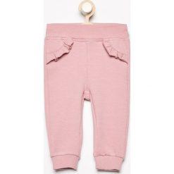 Spodnie z falbanką przy kieszeniach - Różowy. Spodenki niemowlęce marki Reserved. W wyprzedaży za 19.99 zł.