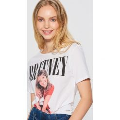Koszulka z nadrukiem Britney Spears - Biały. T-shirty damskie marki DOMYOS. W wyprzedaży za 29.99 zł.