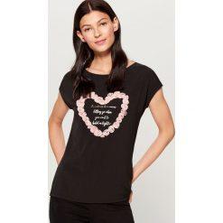Koszulka z kwiatową aplikacją - Czarny. Czarne t-shirty damskie Mohito, z aplikacjami. Za 59.99 zł.