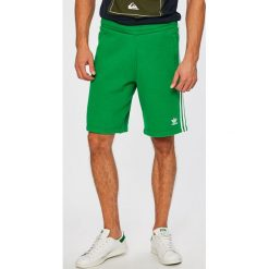 Adidas Originals - Szorty. Szorty męskie adidas Originals, z bawełny, sportowe. W wyprzedaży za 169.90 zł.