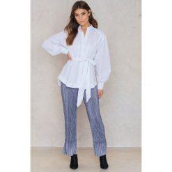 NA-KD Plisowane spodnie z falbankami - Blue. Niebieskie spodnie materiałowe damskie NA-KD, z poliesteru. W wyprzedaży za 56.78 zł.