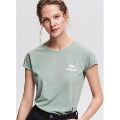 T-shirt z minimalistycznym napisem - Zielony. Zielone t-shirty damskie Reserved, z napisami. Za 24.99 zł.
