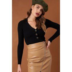 NA-KD Trend Sweter z guzikami - Black. Czarne swetry damskie NA-KD Trend, dekolt w kształcie v. Za 141.95 zł.