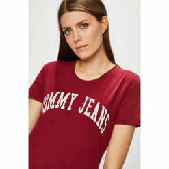 Tommy Jeans - Top. Brązowe topy damskie Tommy Jeans, z nadrukiem, z bawełny, z okrągłym kołnierzem, z krótkim rękawem. W wyprzedaży za 99.90 zł.